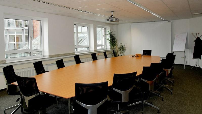 Para la sala de conferencia ¿Proyector o pantalla plana?